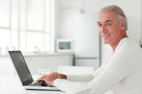 adulto mayor y computadora