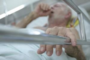 Adulto mayor en un establecimiento hospitalario