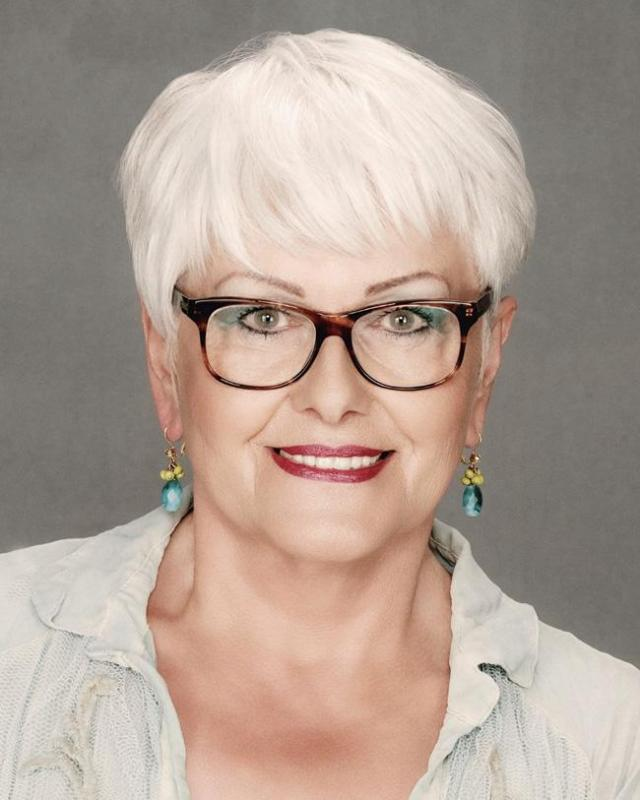 Del sitio: http://www.womenshorthairstylescut.com/short-hairstyles-for-women-over-60-that-are-easy-to-make.html/short-hairstyles-for-women-over-60-with-glasses