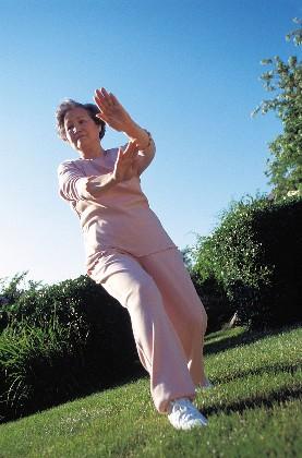Persona mayor practicando Tai Chi