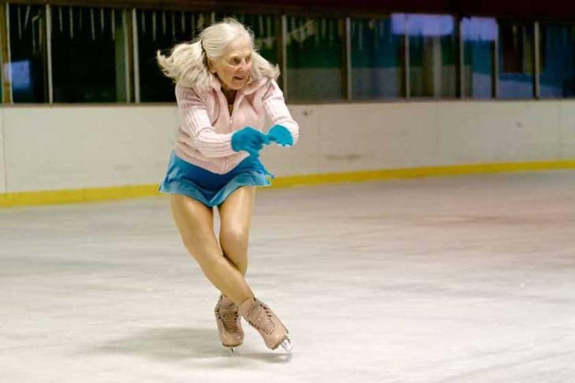 adulto mayor patinando