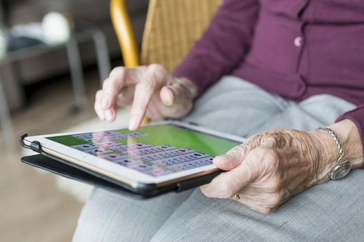 10 tareas para hacer sentir útiles a las personas mayores en casa - mayoresdehoy